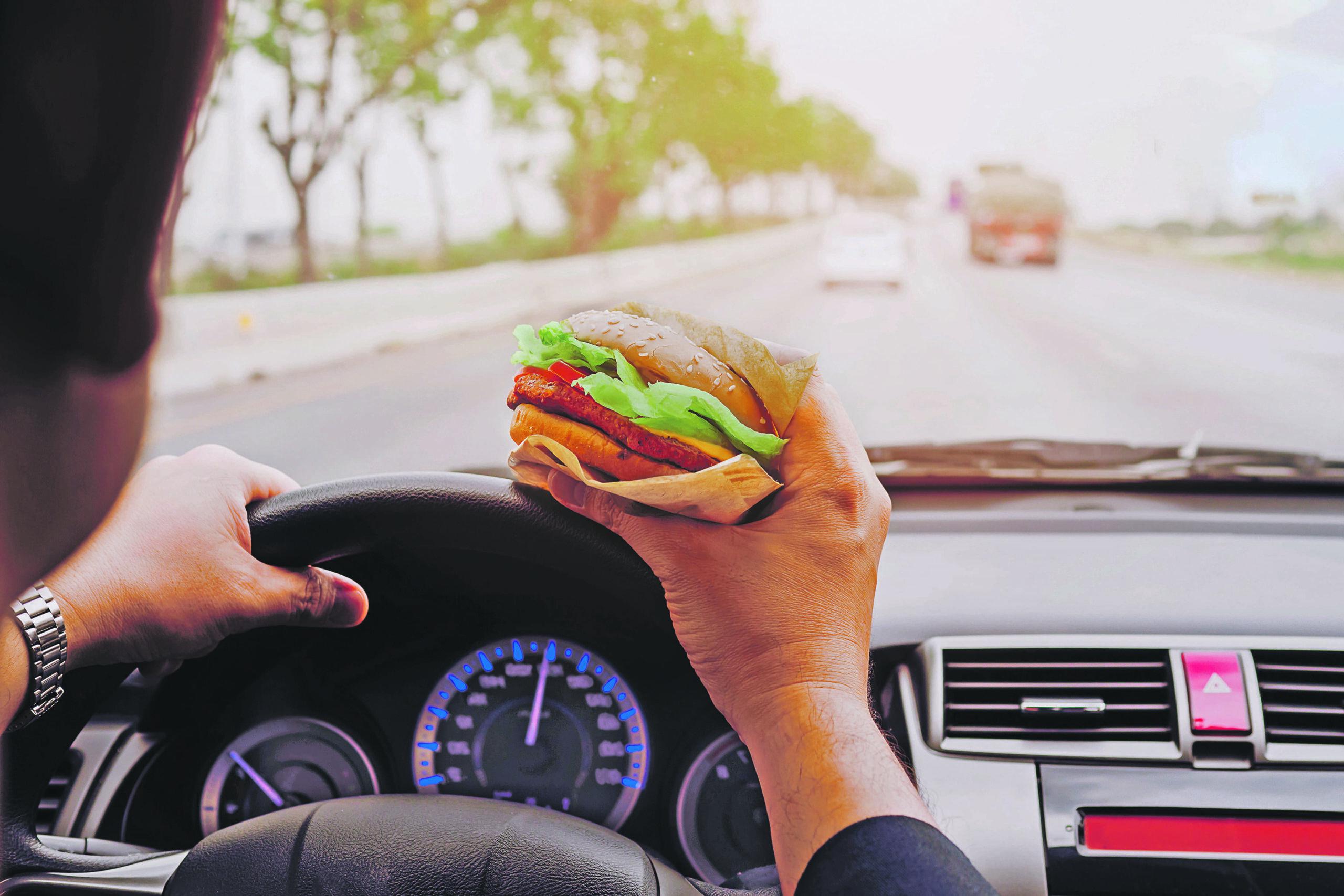 Manger, boire, lire, qu'ai-je le droit de faire au volant?